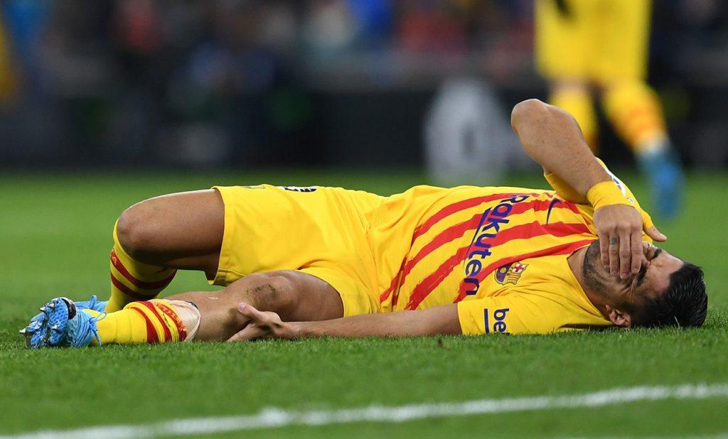 Luis Suárez (futbolista FC Barcelona) en el suelo doliéndose tras su lesión de menisco o meniscopatía