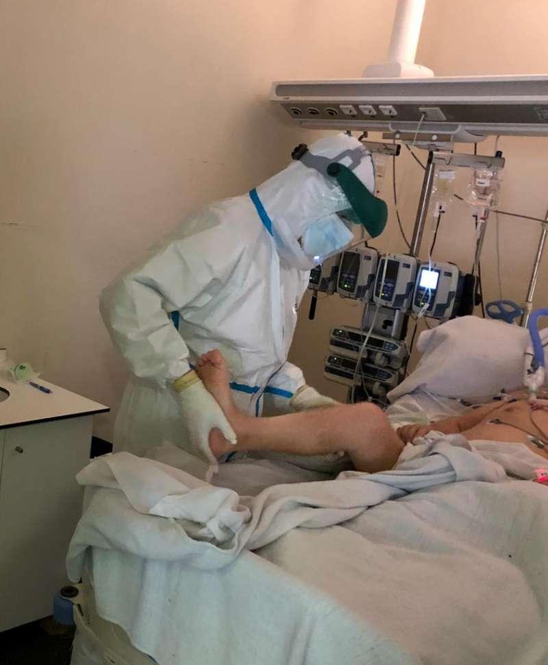 Fisioterapeuta movilizando a un paciente en UCI. La fisioterapia, clave tras superar el coronavirus
