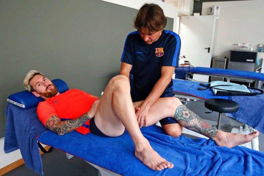 Messi tumbado en una camilla recibiendo el tratamiento de fisioterapia tras lesión muscular.